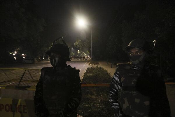 Ozbrojené zložky hliadkujú pred izraelskou ambasádou v Naí Dillí po tom, ako došlo k výbuchu.