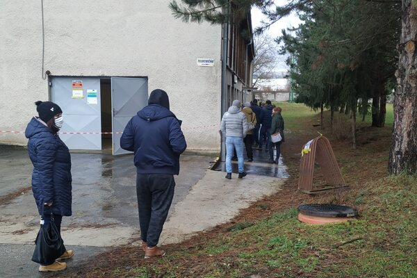 V Zlatých Moravciach ľudia od rána stáli pred odbernými miestami. Pri niektorých sa tvorili dlhšie rady.