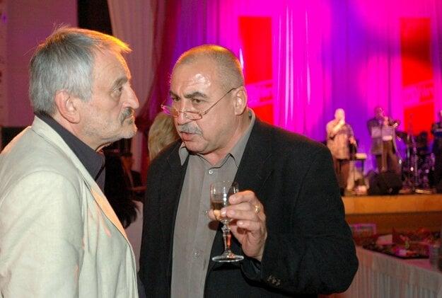 Milan Lasica (vľavo) diskutuje s Andy Hrycom (vpravo).
