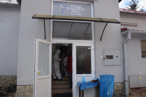 Jedným z miest, kde sa cez víkend v Lučenci testovalo boli aj priestory Strednej zdravotníckej školy. Od pondelka aj tam bude fungovať mobilné odberové miesto.