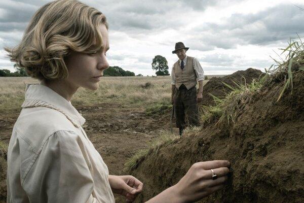 Carey Mulligan a Ralph Fiennes hrajú v hlavných úlohách vo filme The Dig. Vykopávky.