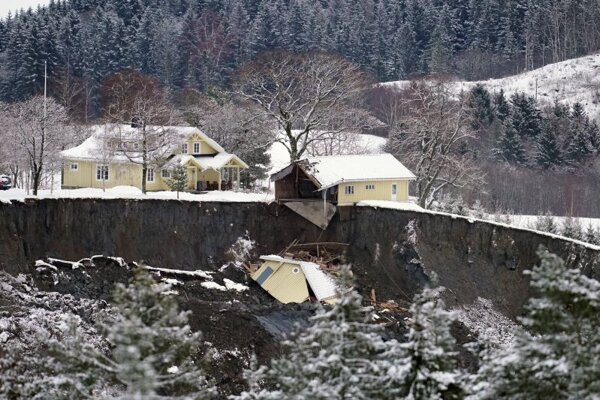 Zničené domy po zosuve kopca pri nórskom meste Ask 31. decembra 2020.