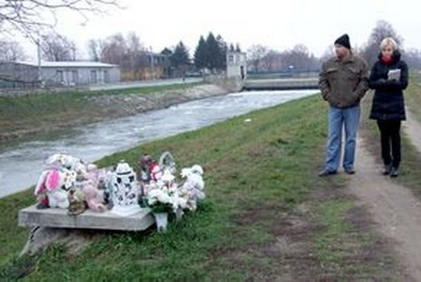 Vaneskin otec a právna zástupkyňa na mieste tragédie.