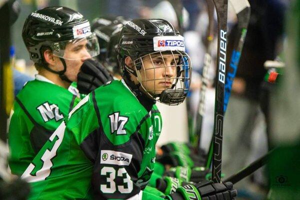 Na striedačke Býkov mladý odchovanec novozámockého hokeja Viktor Petrík.