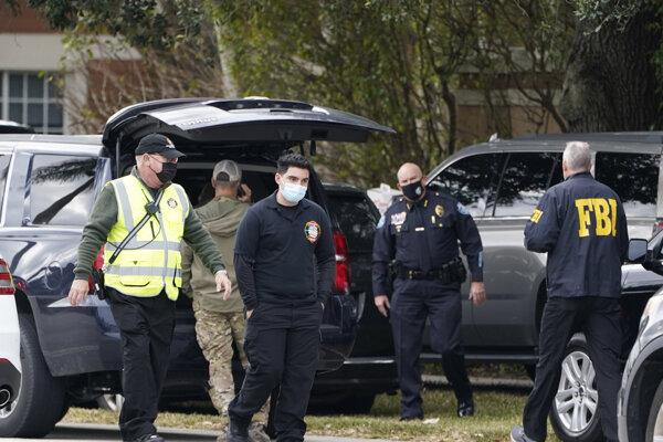 Policajti sa zhomažďujú na mieste streľby v meste Sunrise na Floride.