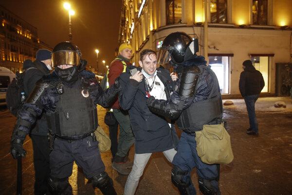 Zásah polície proti demonštrantom.