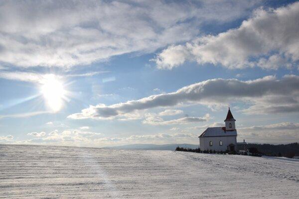 Kaplnka Najsvätejšieho srdca Ježišovho v osade Brestina vynikne aj v zimnom období.