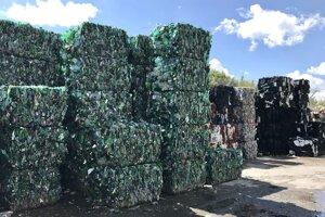 Zalisované plasty pripravené na odvoz.