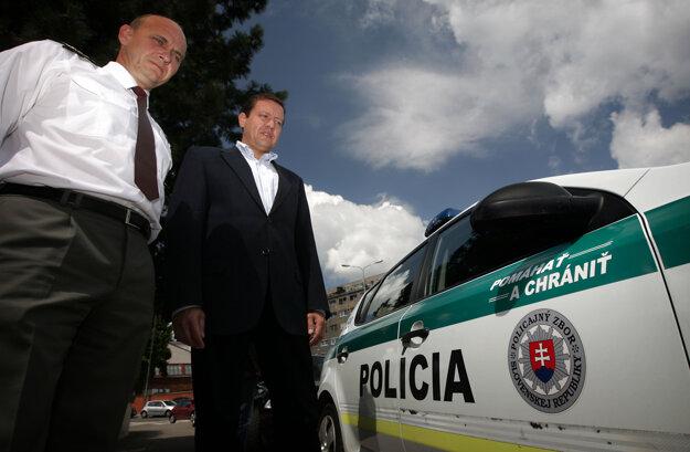 Jún 2011. Policajný prezident Jaroslav Spišiak a minister vnútra Daniel Lipšic prezentujú nové logo