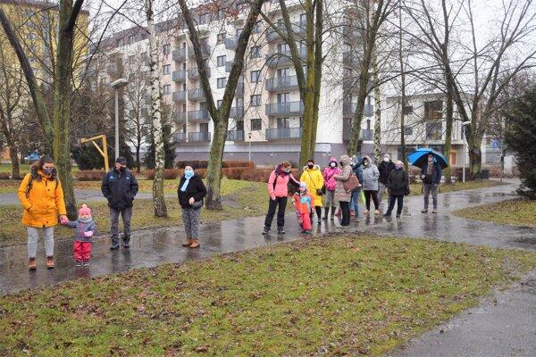 Čakanie na testovanie pred ZŠ s MŠ Dolinského v Martine -Priekope. Odberové miesto je určené len pre zamestnancov školy a rodičov detí.