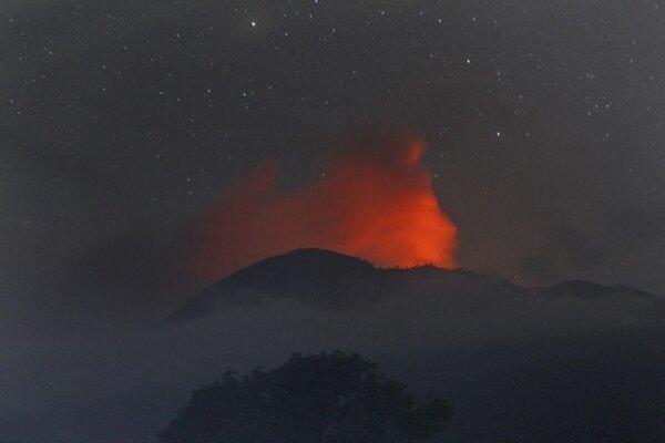 Nočný záber na erupciu lávy a žeravého popola sopky Raung pri meste Botolinggo na indonézskom ostrove Jáva 11. júla 2015.