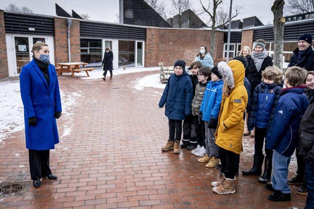 Dánska premiérka Mette Frederiksen víta deti po návrate do školy Allerslev Skole na ostrove Sjælland.