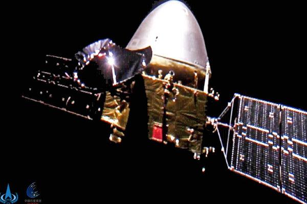 Tchien-wen-1 na ceste k Marsu. V striebornej kapsule sa ukrýva lander s roverom.