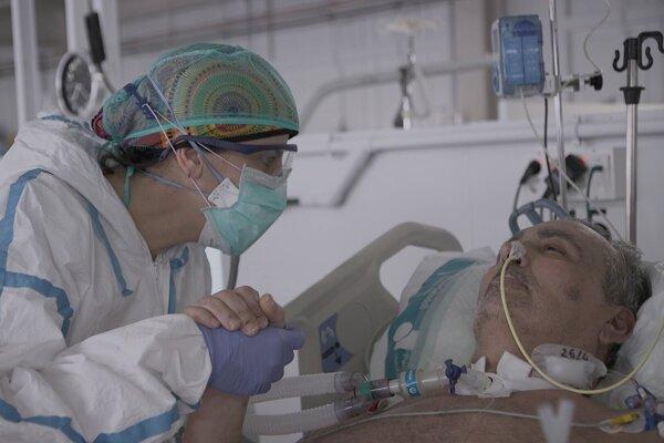 Fotografia z dokumentu Sme v tom spolu: Pacienti na pľúcnej ventiláci sú odkázaní na starostlivosť sestier.