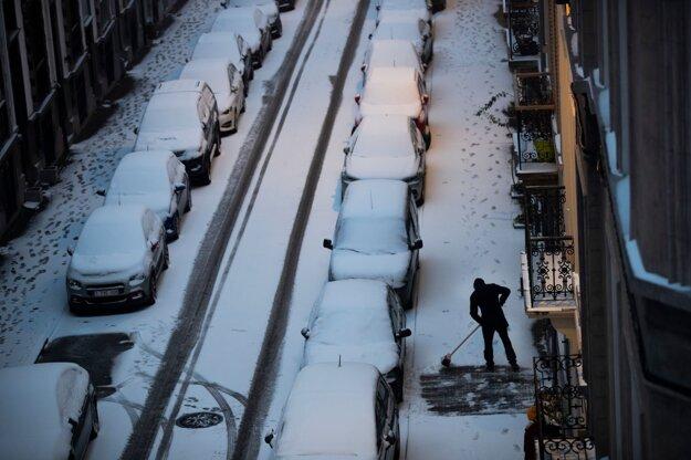 Zasnežená ulica v Bruseli.