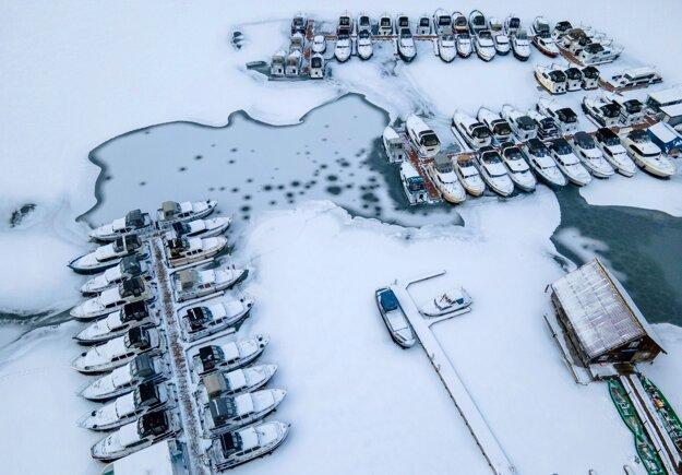 Člny na zamrznutej rieke Elde neďaleko nemeckého mesta Waren.