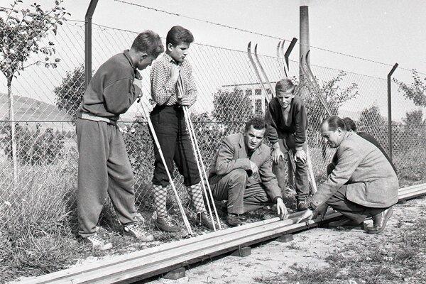 Pohľad na v roku 1959 novú umelú lyžiarsku bežeckú dráhu a na prvých lyžiarov, ktorí ju prišli vyskúšať.