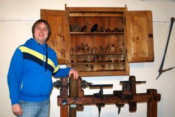 Andrej Banás v jednej z improvizovaných dielní v múzeu pri sústruhu na výrobu drevených fajok.