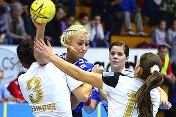 S loptou Sofia Demajová, za ňou Ivana Trochtová.