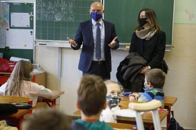 Minister školstva, vedy, výskumu a športu SR Branislav Gröhling a starostka Starého Mesta Zuzana Aufrichtová počas návštevy Základnej školy Vazovova v Bratislave pri príležitosti začiatku prezenčného vyučovania na staromestských základných školách, prebiehajúceho od 15. februára 2021.
