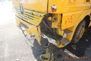 Vozidlo odťahovej služby po havárii.