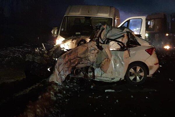 Osobné auto skončilo po zrážke totálne zdemolované.