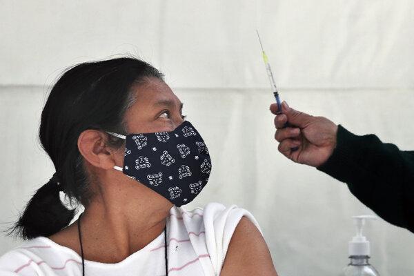 V Mexiku začali očkovať seniorov.