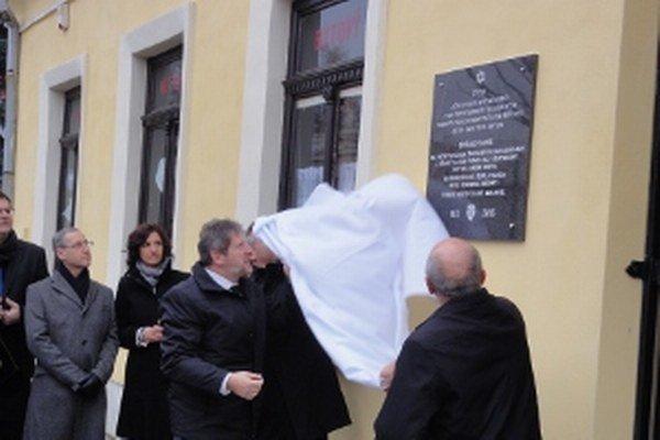 Tabuľu odhalil primátor Peter Lednár(vpravo) a veľvyslanec Alexander Ben-Zvi.
