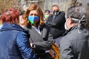 Andrea Bučková (uprostred) na návšteve v rómskej osade.