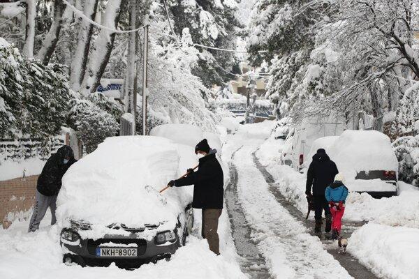 Zasnežené autá severne od Atén.