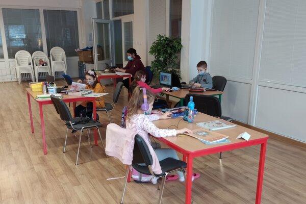 Dopoludnia deti sadnú kpočítačom atabletom apripoja sa ksvojej triede.