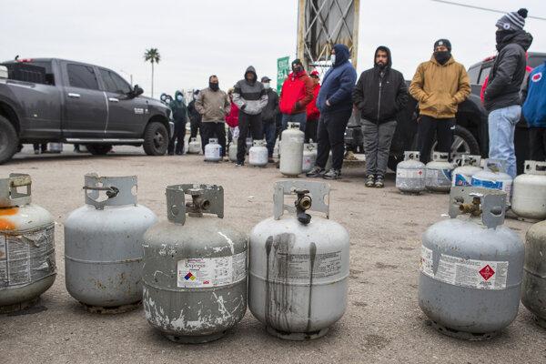 Ľudia čakjúci na doplnenie propánových bômb v texaskom Houstone. Extrémne chladné počasie spôsobilo výpadky elektriny po celom štáte.