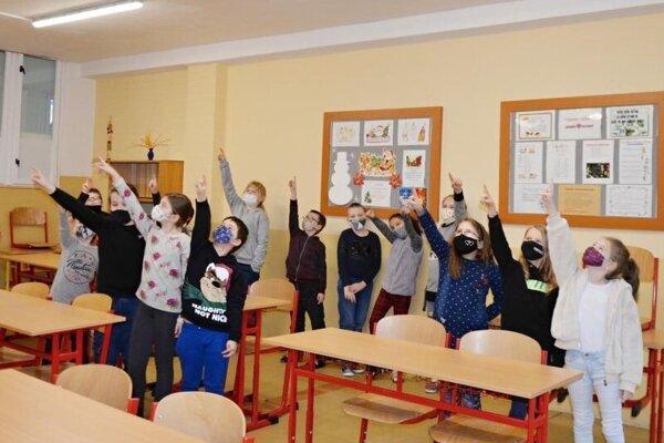 Vo Svidníku sa niektoré deti vrátili do škôl.
