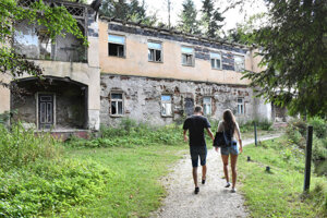 Budova v schátranom areáli Turzova.