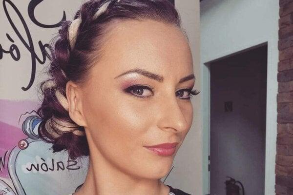 Kaderníčka Lenka Brna pomáha zákazníčkam aspoň tým, že im doma namieša farby na vlasy.