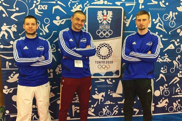 Zľava Matej Homola, tréner Klaudio Farmadín aDavid Podsklan na turnaji vo Welse.