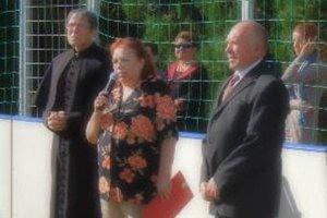 Odvolaná riaditeľka Mária Mlyneková (na snímke) sa cítila ohováraná, na polícii preto podala trestné oznámenie. Vpravo je starosta Edurad Gulka.