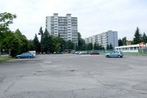 Parkovisko pred atletickým štadiónom na Chrenovej.