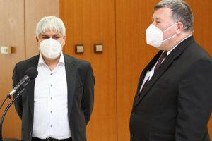 Biochemik Pavol Čekan a infektológ Vladimír Krčméry pred rokovaním.