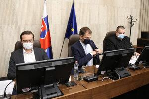 Minister zdravotníctva SR Marek Krajčí, premiér SR Igor Matovič a hlavný hygienik SR Ján Mikas počas rokovania