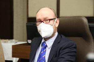 Infektológ Pavol Jarčuška počas rokovania.