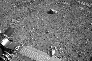 Kolieska roveru Curiosity za sebou zanechávajú cikcakovitý vzor, ktorý miestami prerušia rovné čiary. Práve tie ukrývajú názov pracoviska JPL v morzeovke.
