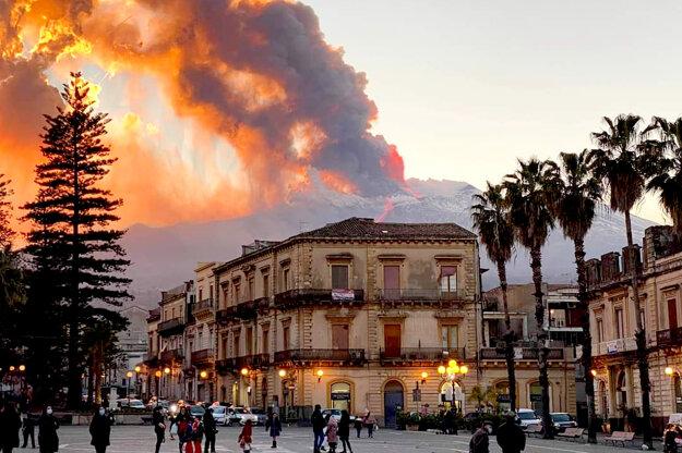 Pohľad na dymiacu Etnu z mesta Catania 16 februára.