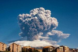 Z krátera sopky Etna sa dvíha  hustý stĺp dymu na juhotalianskom ostrove Sicília.