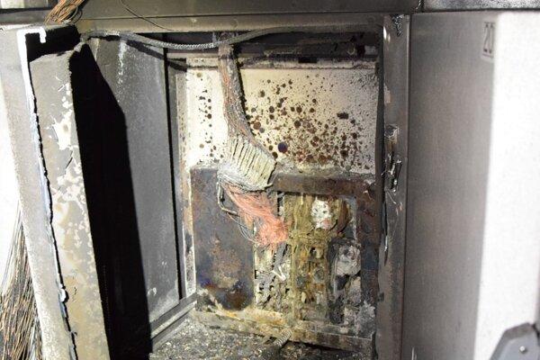 Príčina požiaru je zatiaľ neznáma.