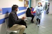 Učitelia čakajú na očkovanie proti ochoreniu COVID-19 v zdravotníckom zariadení Novamed v Banskej Bystrici.