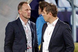 Vladimír Koník (vľavo) v debate s vedúcim mužstva Igorom Demom.