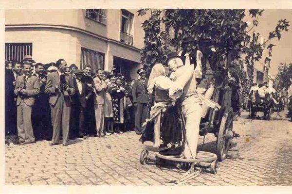 FS Dudváh má bohatú históriu. Dožinkový sprievod v Trnave okolo r. 1938.