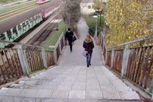 Na schodoch, ktoré vedú na most nad železničnou traťou, je už protišmyková dlažba.