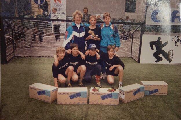 Raritná footgrafia z finálového turnaja detí v street futbale v Londýne.Zľava v hornom rade: Feriancová, Grajciar, Dolinská. Zľava v dolnom rade: Plavec, Venglár, Sekula, Kamas.